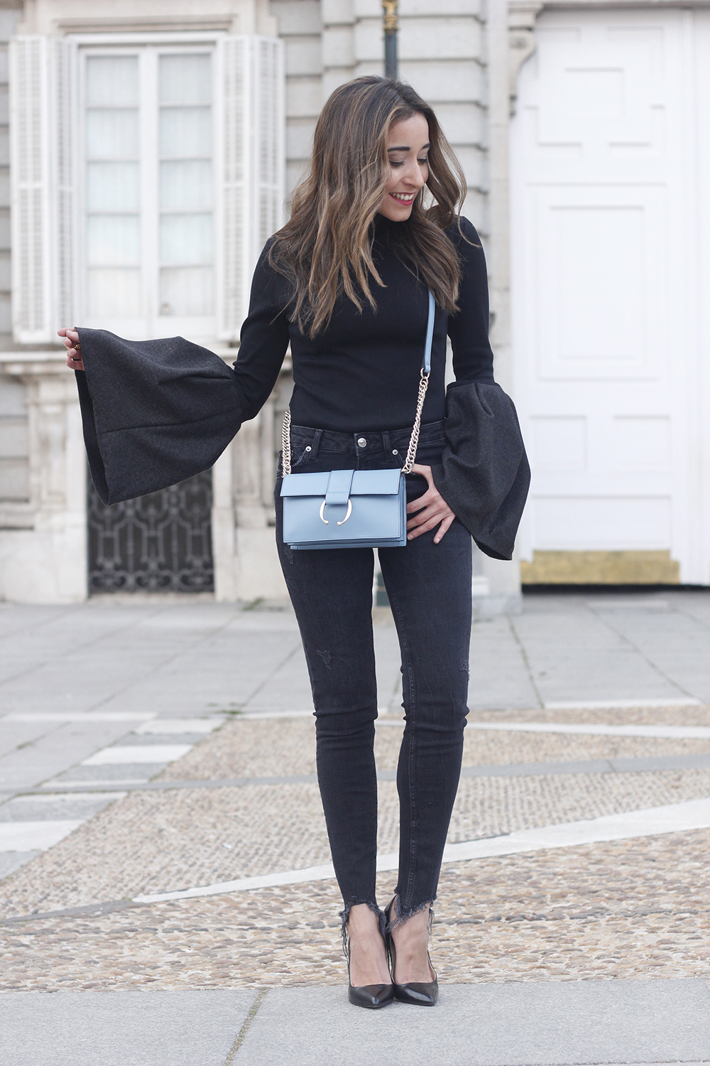 Black sweater with bell sleeves black jeans heels uterqüe bag palacio real madrid street style fashion outfit09