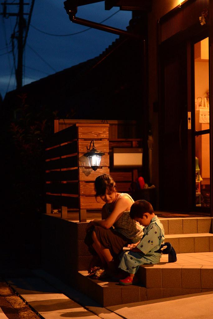Mujer japonesa junto a un niño vestido de kimono a las afuera de Kioto, en Kurama