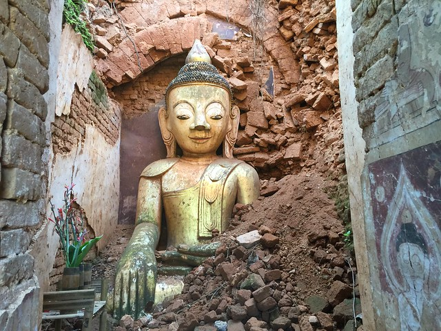 Buda en una estupa semiderruida de Indein (Lago Inle, Myanmar)