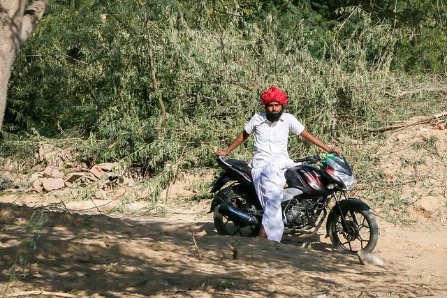 A man with his bike, Jaisalmer, India ジャイサルメール 郊外の道で見かけたバイクの男性
