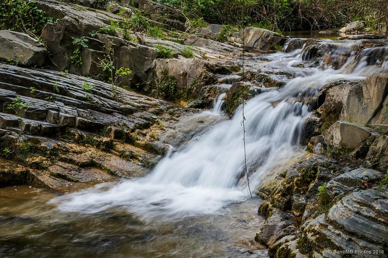 Pequeño salto de agua entre las pozas del Glorieta de Mas de Forès