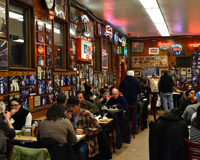 Interior de uno de los mejores sitios donde comer sandwiches en Nueva York, Katz's Delicatessen
