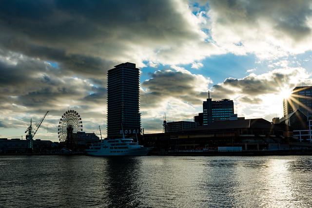 神戸港中突堤から見る夕日の写真