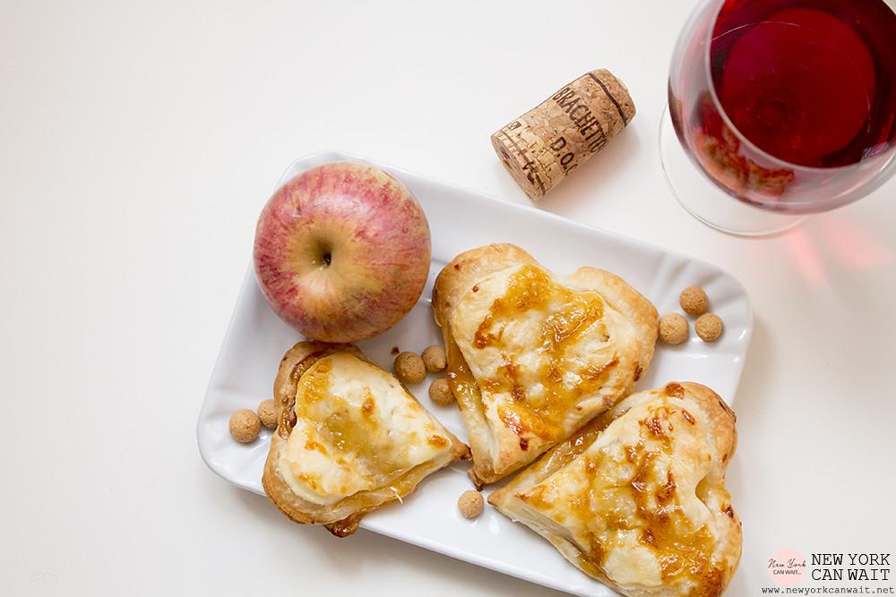Cuoricini di sfoglia alle mele e amaretti. Un dolcetto e un bicchiere di Brachetto Fiocco di Vite per le feste.
