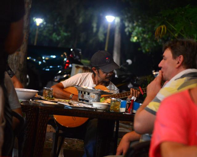 Guitarrista en uno de los mejores sitios para comer en Ao Nang