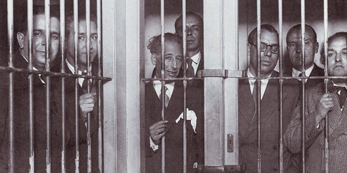 Lluís Companys -en el centro de la foto- y otros miembros del gobierno catalán tras su detención una vez fracasado el sangriento golpe de Estado que perpetraron el 6 de octubre de 1934 contra la Segunda República