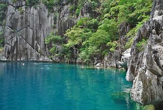 Coron - Barracuda Lake jagged cliffs