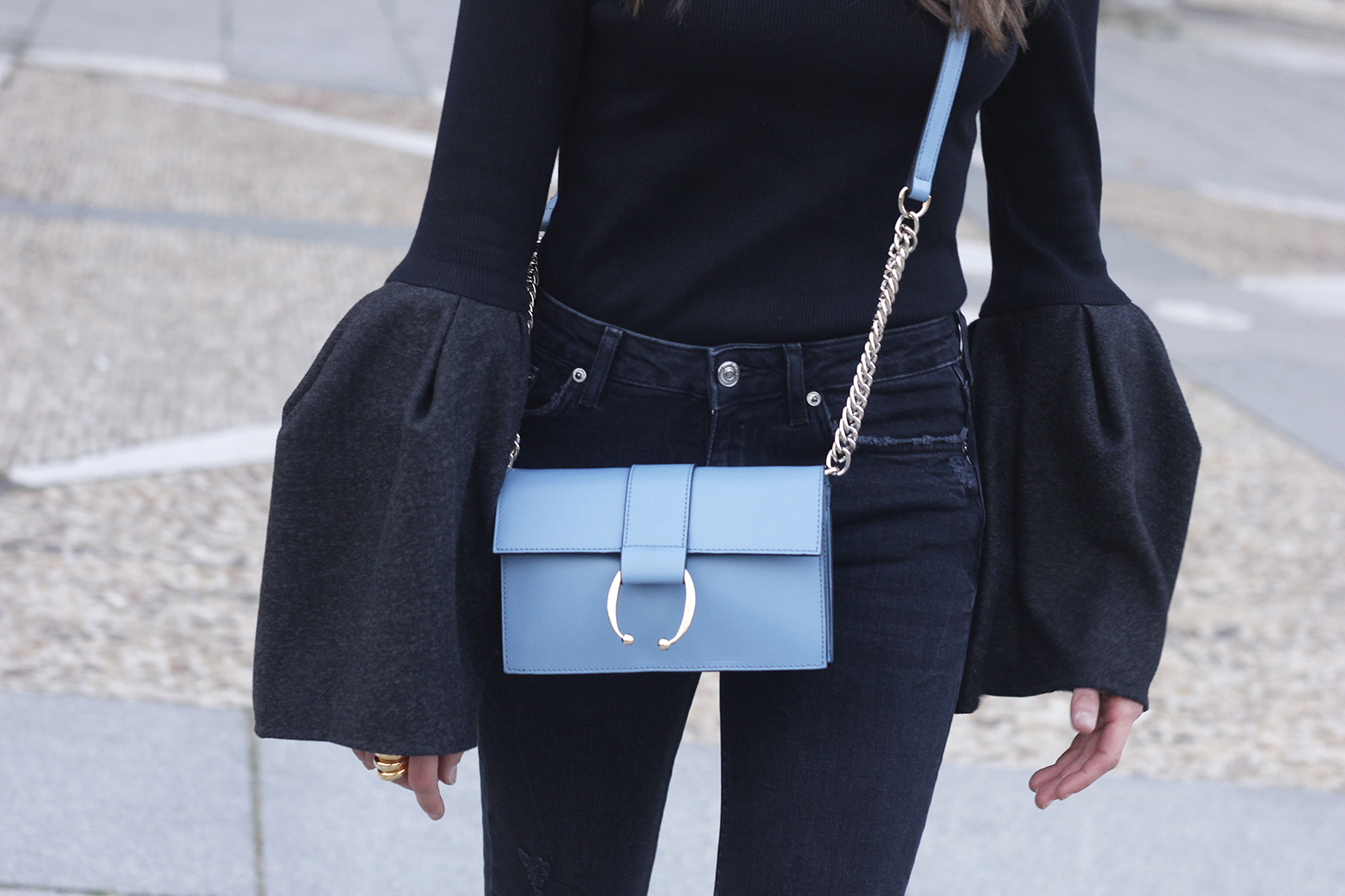 Black sweater with bell sleeves black jeans heels uterqüe bag palacio real madrid street style fashion outfit21