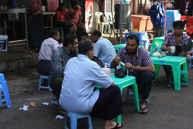 Жители Янгона