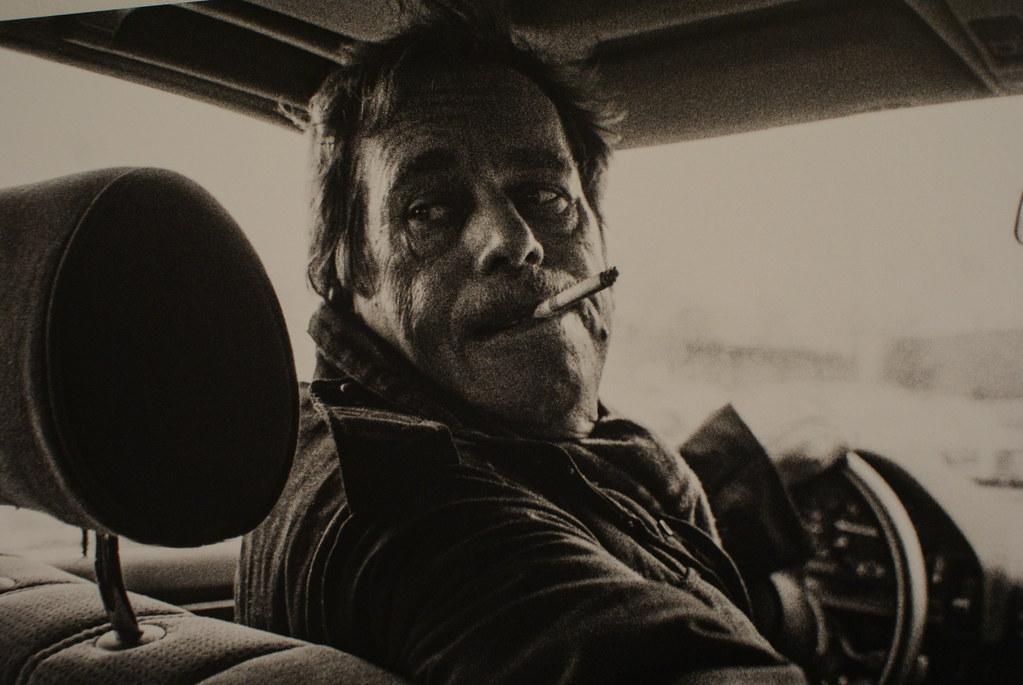 Le président Vaclav Havel conduit la voiture présidentielle une clope au bec.