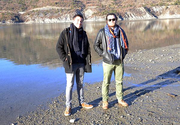 les garçons au bord du lac