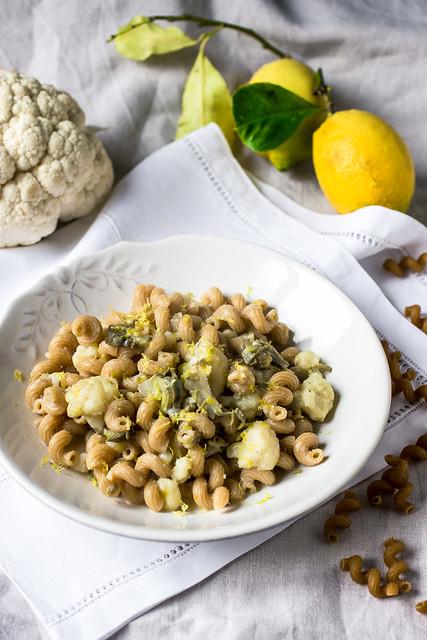 Pasta integrale con verdure invernali, crema di pecorino e limone