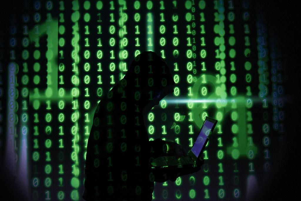 Hacker mit Einsen und Nullen - seitlich | Christoph Scholz ...