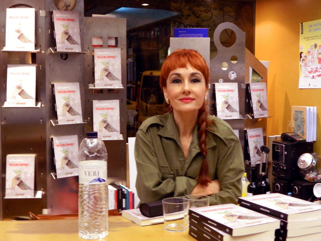 Angélica Morales presenta Palillos Chinos en la Librería Anónima de Huesca