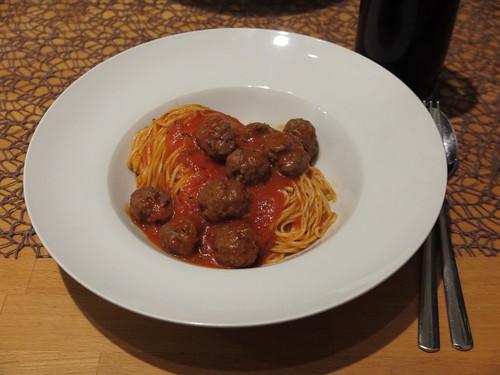 Spaghetti with meatballs (also: Spaghetti mit Fleischbällchen)