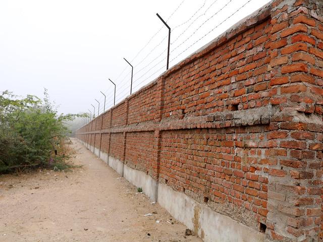 सीता सागर की जमीन पर बना अवैध दीवार