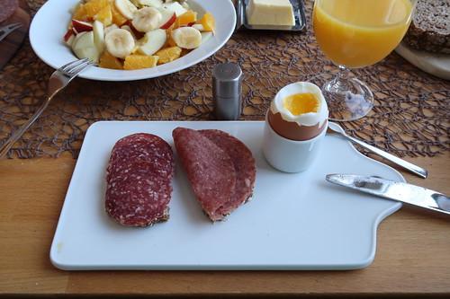 Rindersalami und Corned Beef (vom Frecklinghof) auf Vollkornbrot (vom Wieruper Hof) zum Frühstücksei