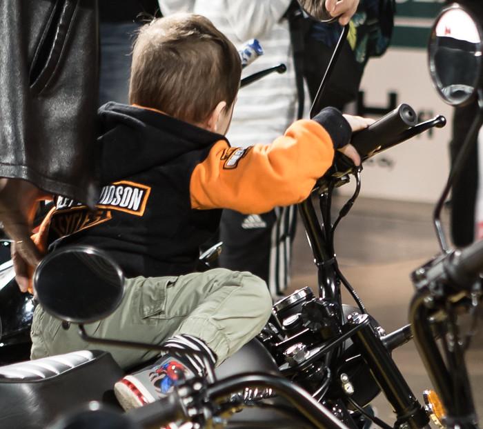 nuori motoristi lapsi moottoripyörä (1 of 1)