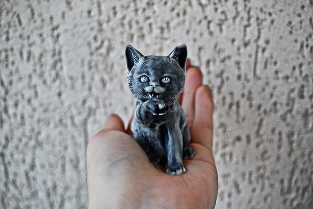 Котик из мраморной крошки