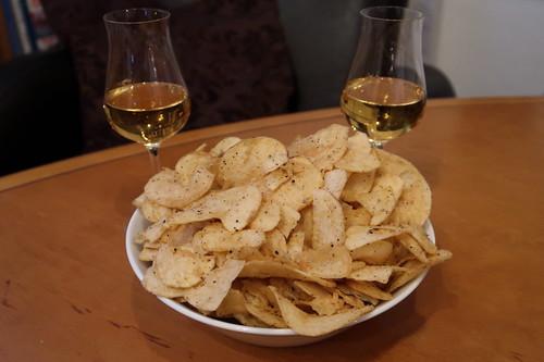 Caol Ila (Islay Single Malt Scotch Whisky, 12 Jahre) und Potatoe Crisps Haggis & Cracked Black Pepper (von der Familie Mackie aus Schottland)
