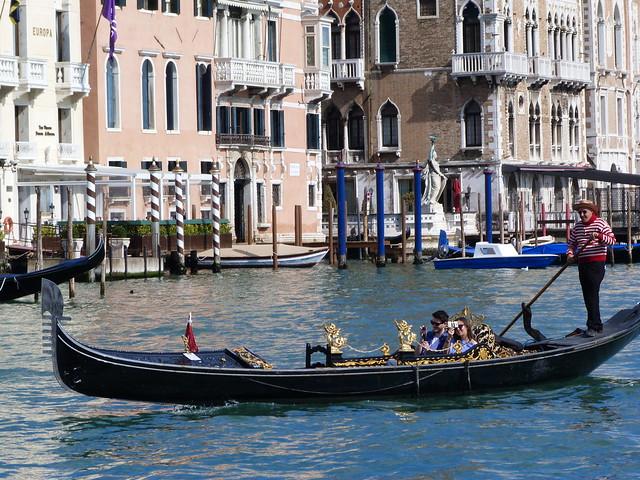 Turistas en góndola por Venecia