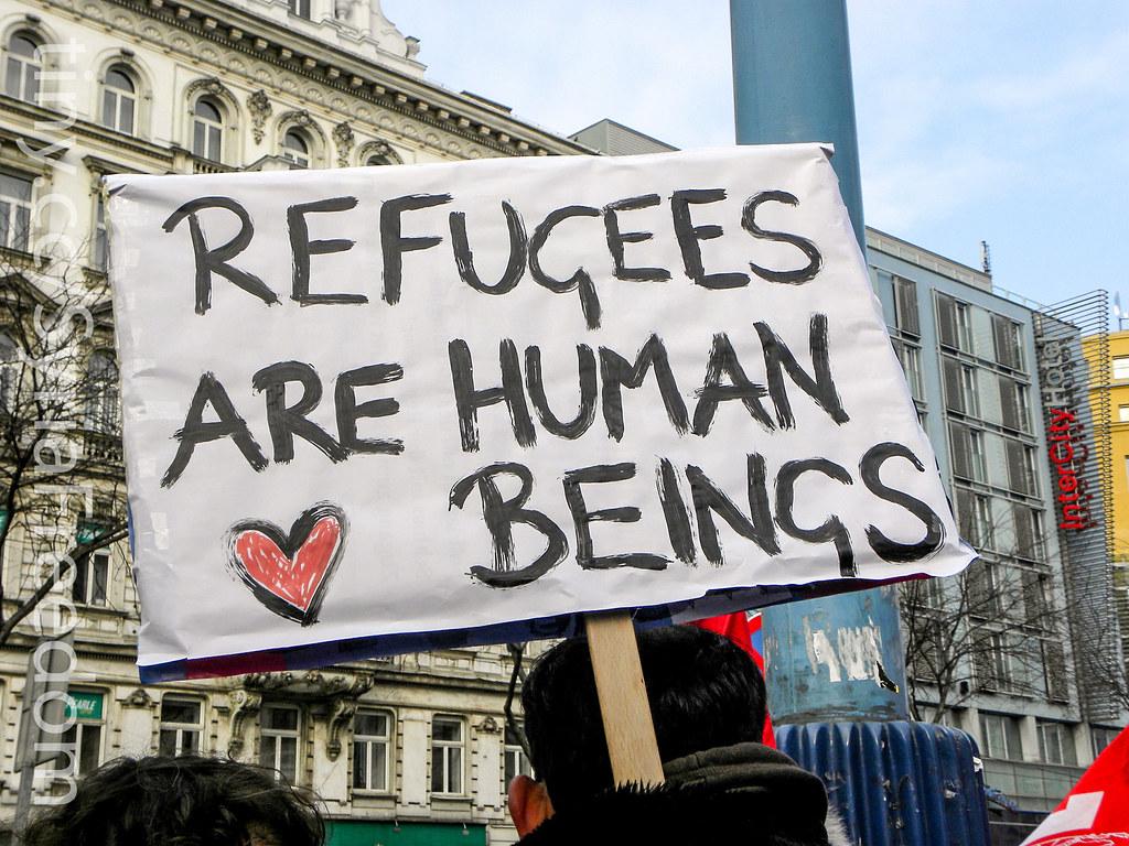 Nella foto: manifesto a favore dei rifugiati