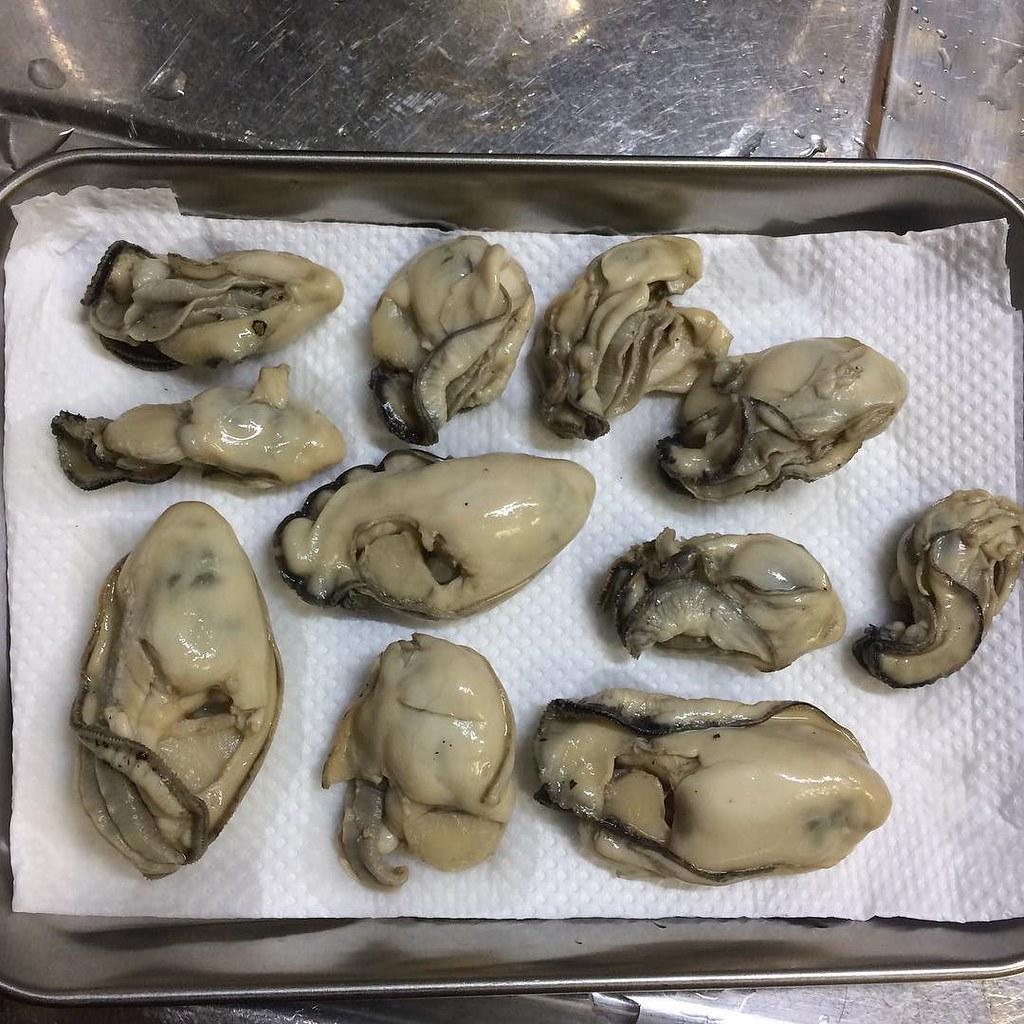 2時間漬け込んだ牡蠣。このまま冷蔵庫で一晩乾燥させて、明日燻製に。試しなので数は少ないけど、楽しみ!