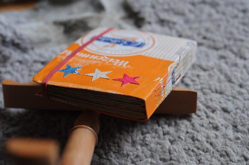 junk journal aus recycleten materialien mit einem einband aus einer Mehlverpackung