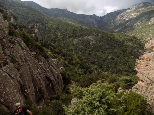 Sur le chemin du Castedducciu (ou de la Montagne aux Plages) : arrivée au col au-dessus de la pointe 571m (Photo Olivier Hespel)