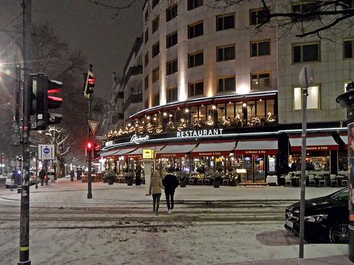 Restaurant Reinhard's am Kurfürstendamm in Berlin, nachts und mit Schnee