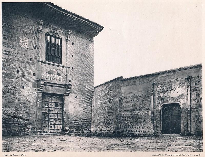 Palacio llamado de Pedro I el Cruel (izquierda) y de Inés de Ayala (derecha) en la Plaza de Santa Isabel. Del libro Petits Édifices, publicado en Paris en 1928 por los editores Vincent, Fréal et Cie.
