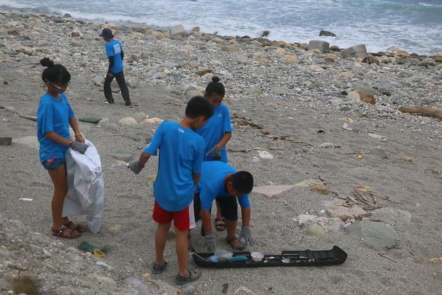 黃柏堯帶孩子從台東沿著海岸線,徒步前往花蓮,沿途撿拾垃圾。照片提供:黃柏堯。