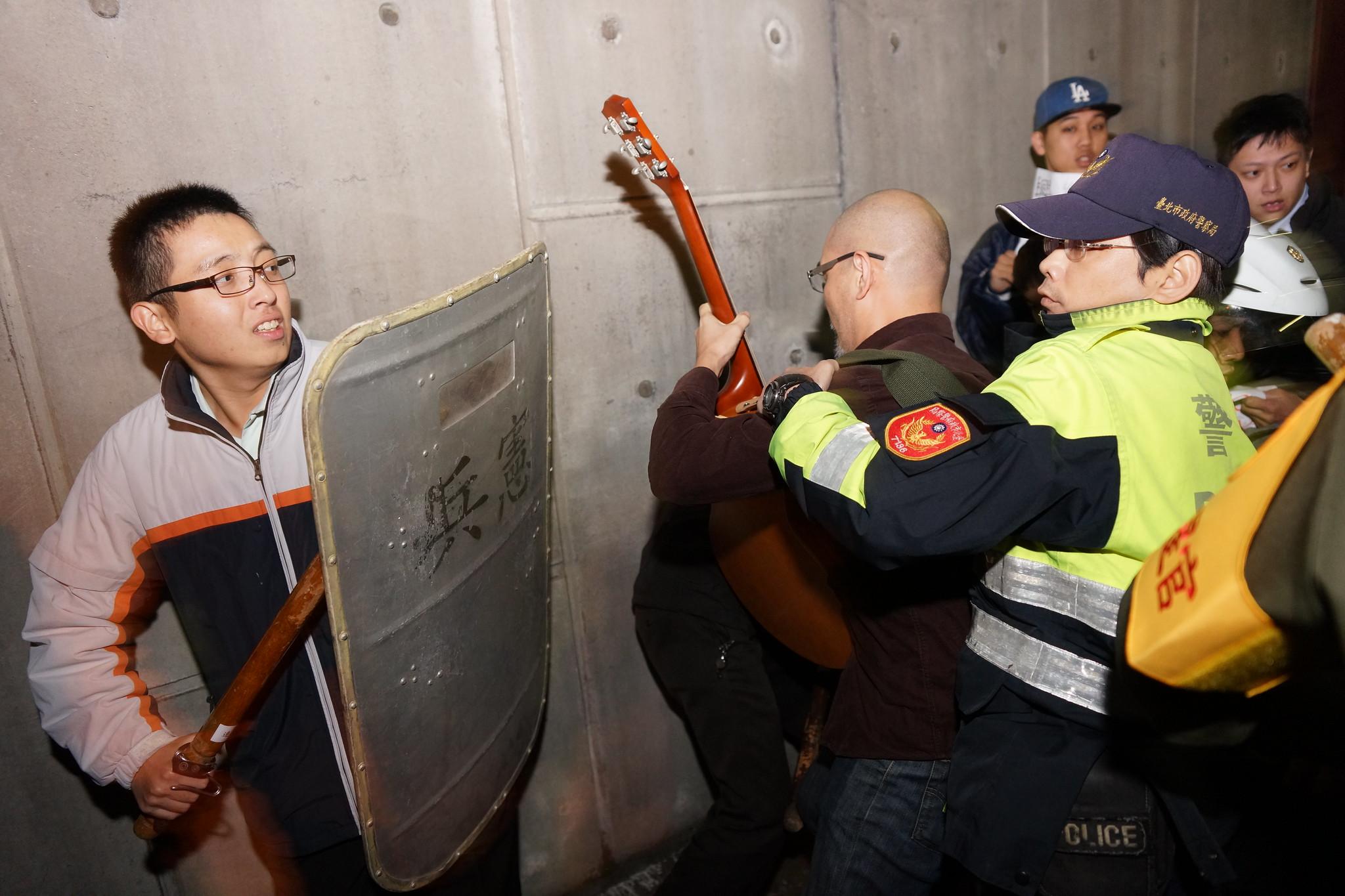 木棍與吉他。(攝影:王顥中)