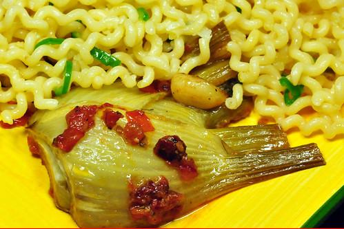 Fusilli con olio, aglio e pepperoncini mit gebratenem Knoblauchfenchel