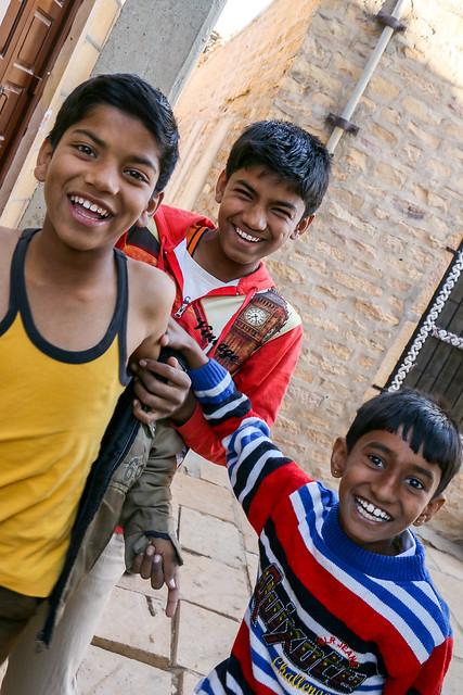 Boys in Jaisalmer, India ジャイサルメール 路地の元気な少年たち