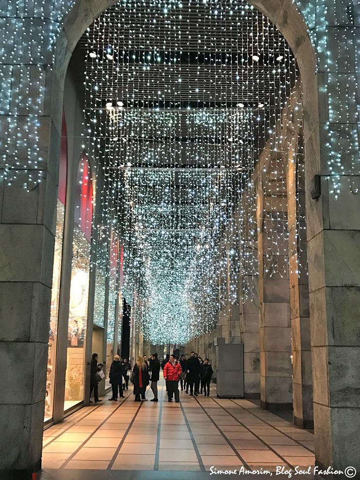 E bem ali do lado da Duomo tem outra Rinascente com mais cascata de luzes. De tirar o fôlego.