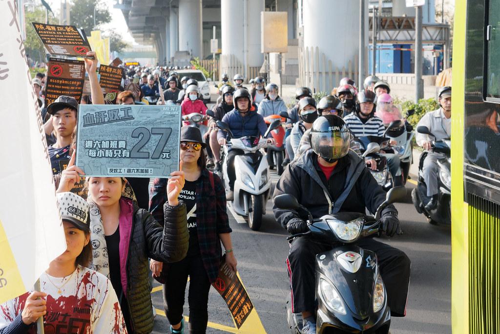 遊行隊伍走在市民大道的車陣旁,向蔡英文競選總部挺進。(攝影:林佳禾)