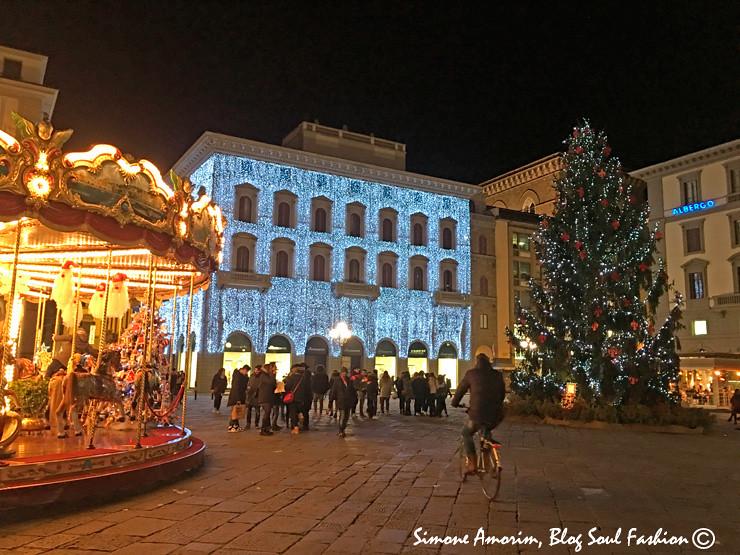 E fui me despedindo de Florença na linda Piazza della Repubblica com o seu maravilhoso carrossel e a cascata de luzes da loja Rinascente.
