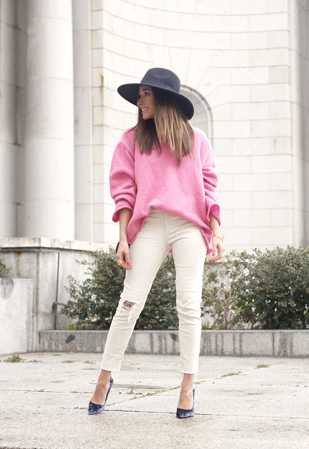 Pink Sweater white ripped jeans blue velvet heels hat uterqüe accessories style fashion outfit01