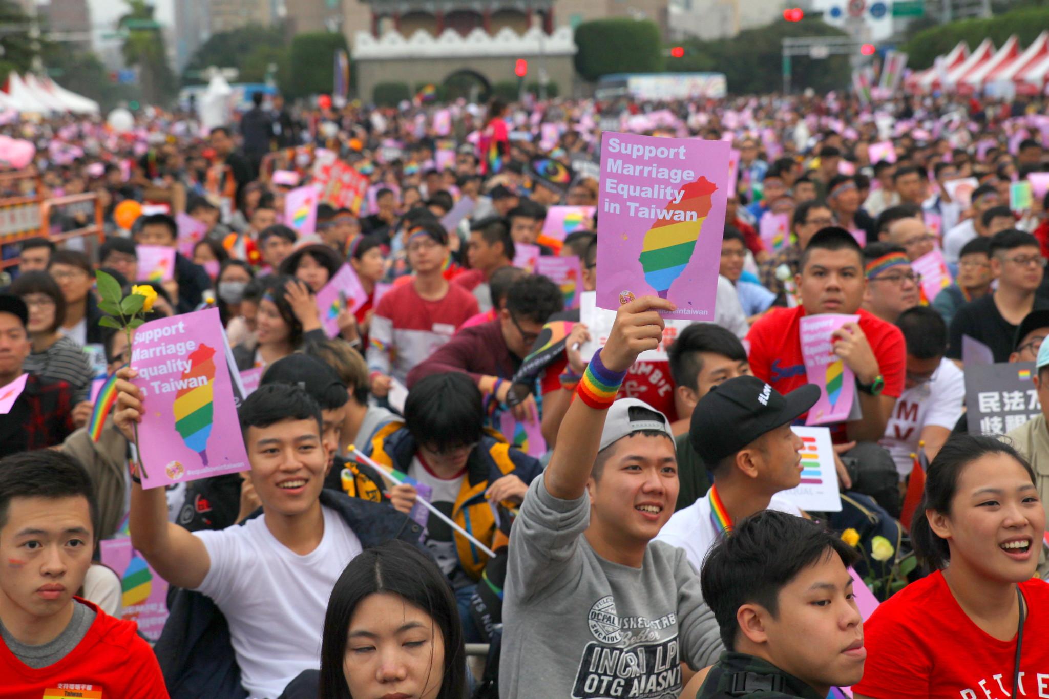 現場民眾高舉「支持婚姻平權」的英文標語。(攝影:陳逸婷)