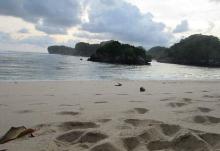 view sisi kanan pantai gatra disore hari