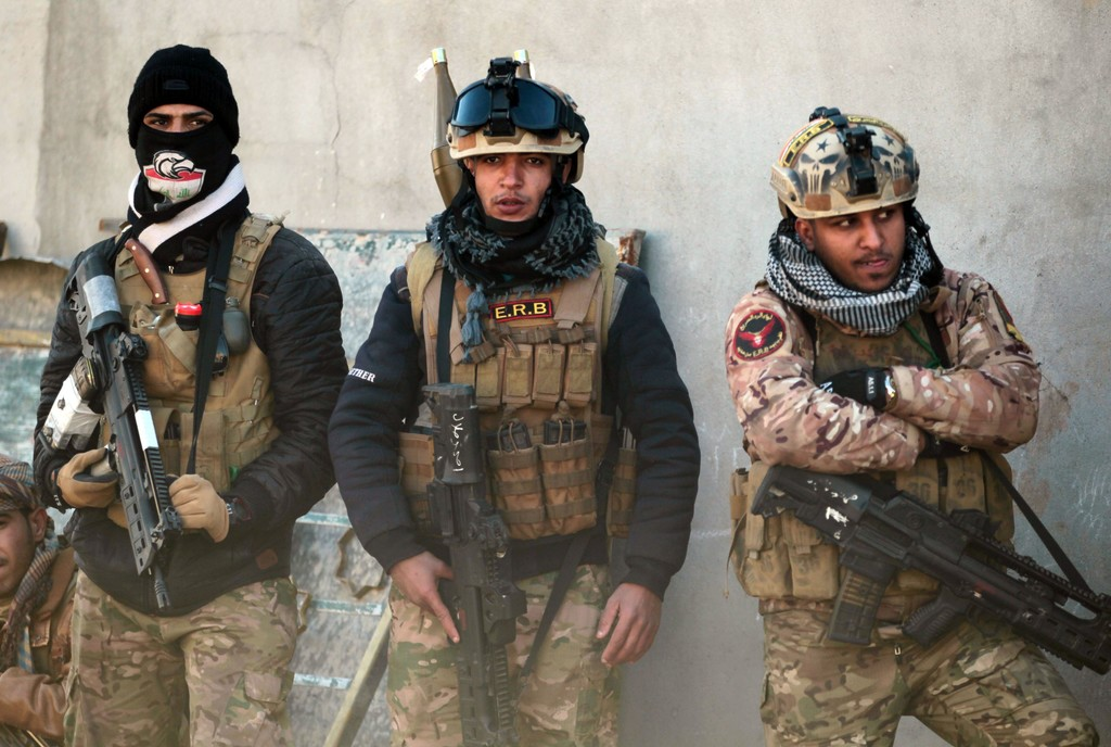 Iraqi Soldiers With Croatian VHS 2 Rifles 1024 X 688