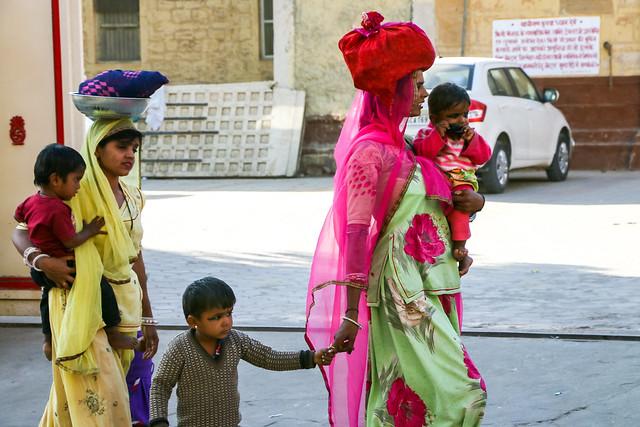 Women walking with stuffs on their head, Jaisalmer, India ジャイサルメール 頭に荷物を乗せて歩く女性たち