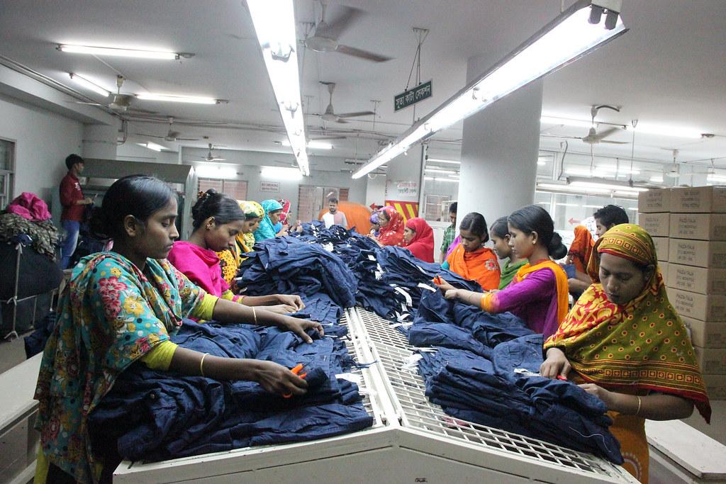孟加拉是全世界最主要的成衣代工国之一,有大量女性在这些初阶工业化的生产线上超时工作,而且承受巨大职灾风险。(照片来源:NYU Stern BHR / Wikimedia Commons)