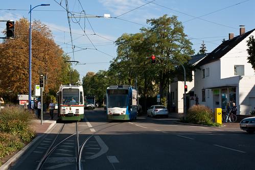 Der letzte Abschnitt der Strecke nach Stadtbergen ist eingleisig. Der Stadtbahnwagen muss die Kreuzung mit Combino 850 abwarten, im Hintergrund ist bereits der unserem Wagen folgende 856 zu sehen