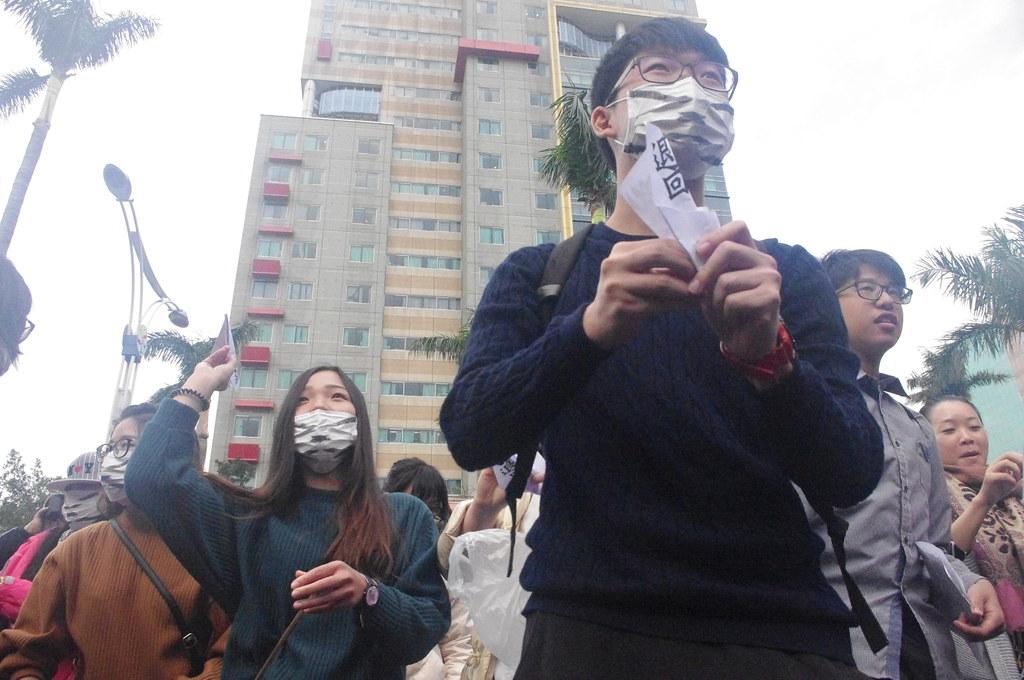 捍衛家庭學生聯盟等不支持同志婚姻民法修法的群眾,高喊「退回法案、全民公投」,向立法院投射紙飛機。(攝影:高若想)
