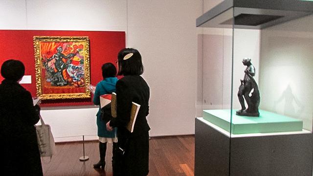 梅原龍三郎《薔薇とルノワルのブロンズ》(1972年、東京都現代美術館)と《ヴェールを持つ踊り子》(手前)