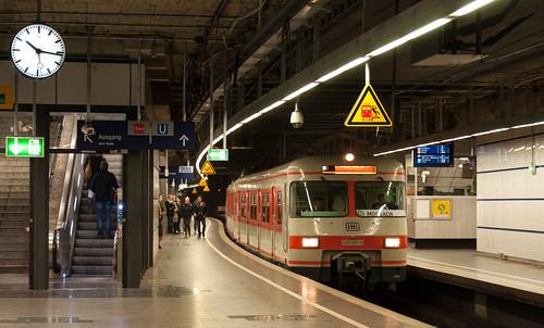 Der Olympiatriebzug 420 verlässt den Karlsplatz nach Moosach