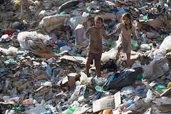 bambini in una discarica di una favelas