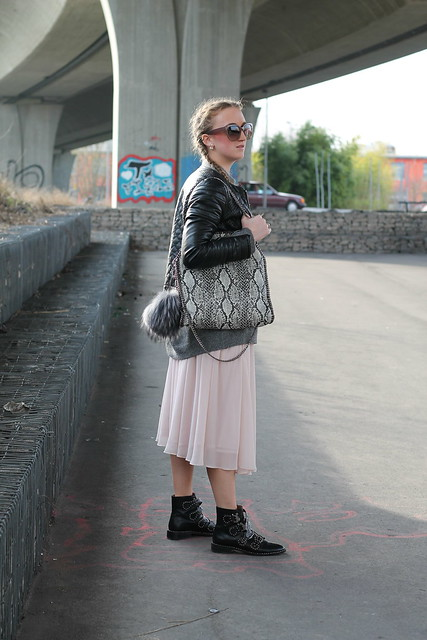 midi-skirt-and-boots-whole-look-side-wiebkembg